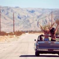 Un voyage de festoyage de l'extrême avec vos amis