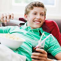 Devant la télé et sur le canapé