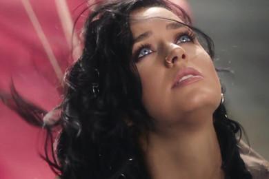 Katy Perry accrochée aux anneaux