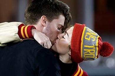Miley Cyrus est en couple avec le fils de notre Terminator, Patrick Schwarzenegger!