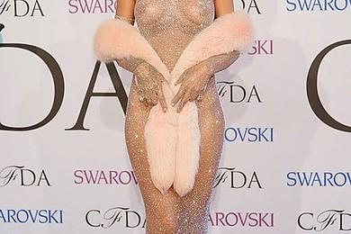 Vous avez fait quelle tête quand vous avez vu Rihanna dans cette robe?