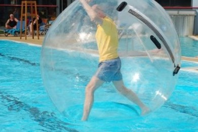 C'est l'été! Votez pour vos accessoires favoris!Marcher sur l'eau,prendre l'apéro dans l'eau...Aaah!