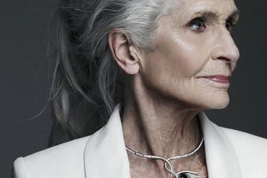 Daphne Selfe est un top model de 83 ans, que pensez-vous d'elle? Belle? Moche? Fraîche? Drôle?