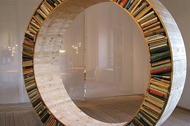 Il y a mille et une façons de ranger ses bouquins, que pensez-vous de cette bibliothèque?
