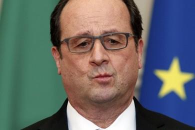 Hollande décore des dictateurs, mais discrètement.