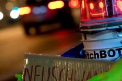 Le gentil petit robot hitchBOT autostoppeur a été retrouvé démembré.Réactions? Dégainez les smileys!