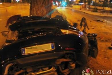 Roma: imprenditore si schianta con la Porsche