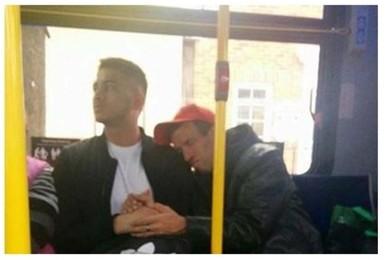 Stringe le mani di uno sconosciuto su un autobus e lo conforta
