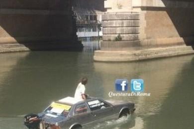 Tevere: trasforma l'auto in barca e naviga verso Venezia
