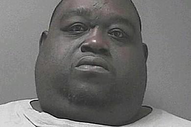 Obeso nasconde la droga nei rotoli di grasso: scoperto dai cani-poliziotto