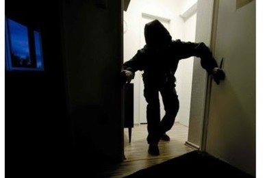 Svaligia casa, poi l'attacco di fame: ladro intrappolato in dispensa liberato dalla polizia