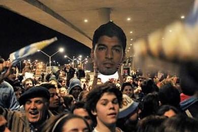 """L'Uruguay fa festa a Suarez: """"Italiani provocatori"""". Secondo voi è giusta la squalifica?"""
