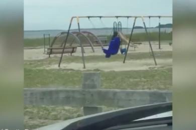 Paura al parco giochi: c'è un fantasma sull'altalena?