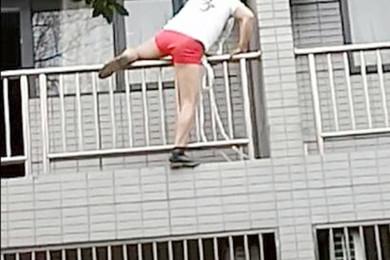 Beccati dal marito: amante fugge ma cade dal balcone