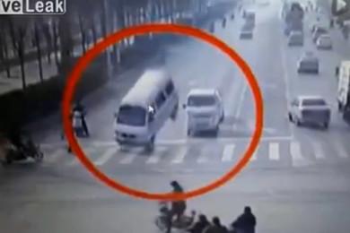 Cina: tre auto sollevate in aria da una forza misteriosa