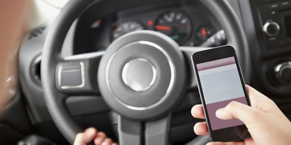 Il 57% dei giovani al voltante usa regolarmente il telefonino