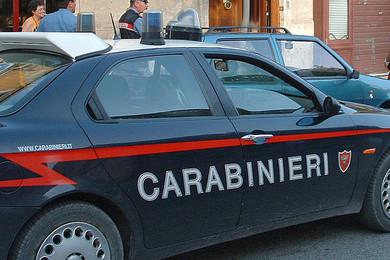 Lancia cocaina dalla finestra, ma sotto ci sono i carabinieri