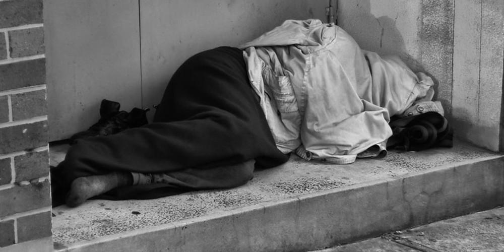 """Cassiera del supermercato riconosce un senzatetto: """"Papà sei tu, ti cerco da 20 anni"""""""